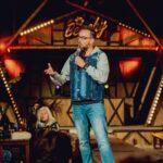 Comedian Gerrie Smits tijdens Beachy Tilburg